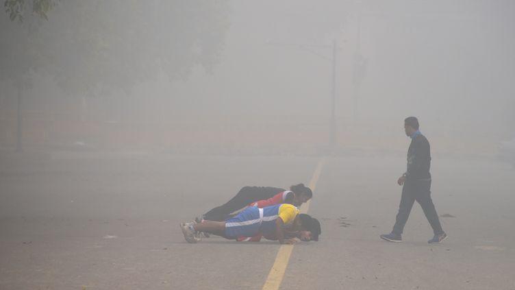 Des Indiens font de l'exercice en plein épisode de pollution, le 13 novembre 2017 à New Delhi (Inde). (DOMINIQUE FAGET / AFP)