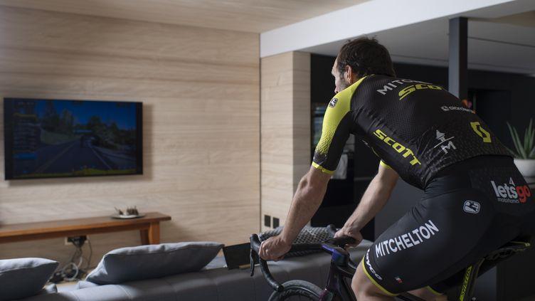 Le coureur cycliste suisseMichael Albasini, membre de l'équipe Mitchelton-Scott, s'entraîne chez lui sur son vélo à Gais (Suisse), le 17 avril 2020. (GIAN EHRENZELLER / KEYSTONE / EPA / MAXPPP)