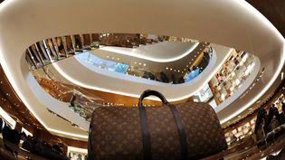 Un sac Vuitton (LVMH) dans un magasin dédié à la célèbre marque à Rome (Italie), le 27 janvier 2012. (GABRIEL BOUYS / AFP)