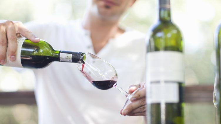 Le CHU de Clermont-Ferrand (Puy-de-Dôme) va ouvrir un bar à vin dans son unité de soins palliatifs. (ZERO CREATIVES / CULTURA CREATIVE / AFP)