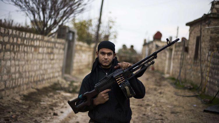Un combattant de l'Armée syrienne libre, le 12 décembre 2012 près d'Alep, dans le nord de la Syrie. (MANU BRABO / AP / SIPA)