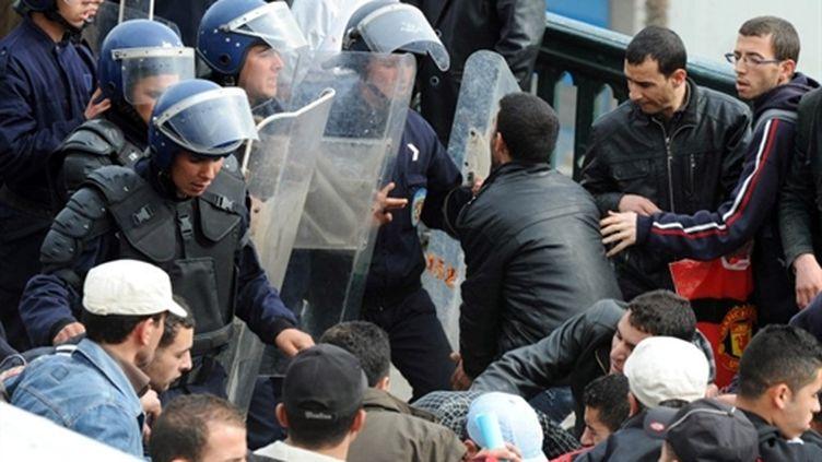 La police bloque les manifestants, à Alger, le 26/02/2011 (AFP/FAROUK BATICHE)