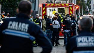 Les forces de l'ordre et les secours dans le périmètre de sécurité où un prêtre d'une église orthodoxe du 7e arrondissement de Lyon a été blessé par balle, le 31 octobre 2020. (NICOLAS LIPONNE / HANS LUCAS / AFP)