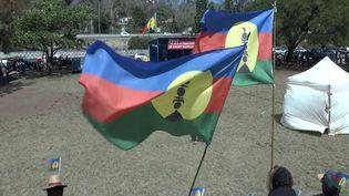Dernier meeting en faveur du oui à l'indépendance de la Nouvelle-Calédonie, le 31 octobre 2018. À l'image le drapeau kanaky du FNLKS. (LAURENT GROUT / RADIO FRANCE)