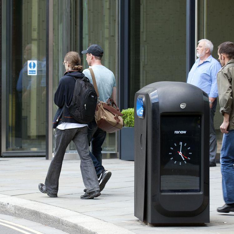 """Ces poubelles """"intelligentes"""" ont été installées à Londres à l'occasion des Jeux olympiques de 2012. (MONA BOSHNAQ / AFP)"""