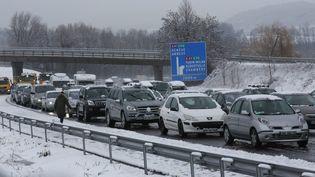 Des voitures de vacanciers prisonniers des bouchons en plein chassé-croisé des vacances d'hiver, notamment dans les Alpes, le samedi 27 février 2015. (  MAXPPP)