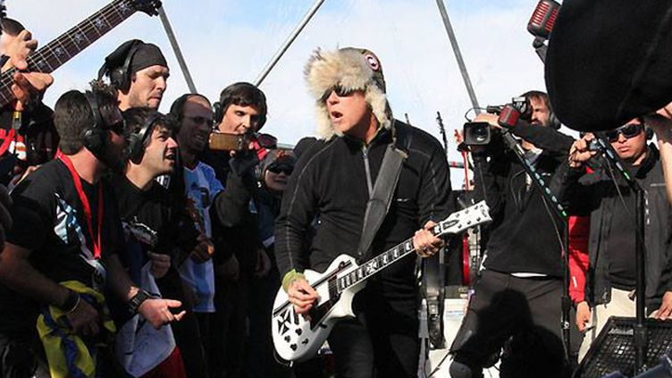 Metallica en Antarctique le 8 decembre 2013.  (https://fr-fr.facebook.com/Metallica)