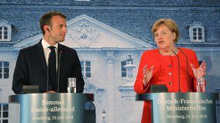 Emmanuel Macron et la chancelière allemande Angela Merkel, le 19 juin 2018,à Meseberg, à 70 km de Berlin. (LUDOVIC MARIN / AFP)