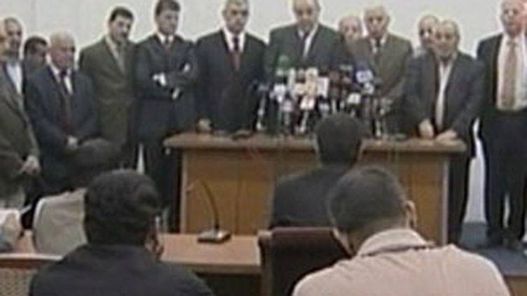 Iyad al-Allawi et des membres de sa coalition, arrivée en tête des élections irakiennes (27 mars 2010) (F3)