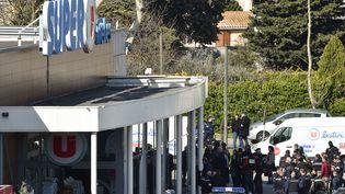 Les forces de l'ordre devant le supermarché de Trèbes attaqué par un terroriste, le 23 mars 2018. (PASCAL PAVANI / AFP)