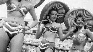 Femmes en bikini à la piscine Molitor en 1951  (AFP PHOTO)