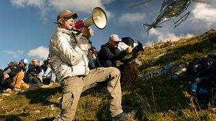 """Le réalisateur américain Michael Bay sur le tournage de """"Transformers : The Last Knight"""" (MICHAEL BAY FILM / DI BONAVENTUR / AFP)"""