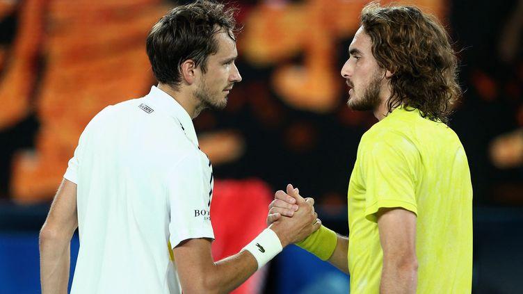 Daniil Medvedev et Stefanos Tsitsipasaprès leur demi-finale lors de l'Open d'Australie, le 19 février 2021. (ROB PREZIOSO / TENNIS AUSTRALIA)