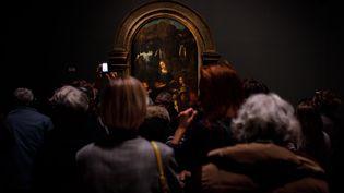 """Des visiteurs admirent la """"Vierge aux rochers"""" de Léonard de Vinci, lors de l'exposition consacrée au génie italien (18 novembre 2019) (VINCENT LOISON/SIPA)"""
