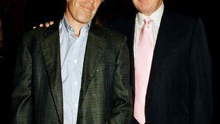 Le financier américain Jeffrey Epstein (à gauche) accompagné de Donald Trump, alors homme d'affaires à succès, en 1997 lors d'une soirée organisée au club Mar-a-Lago de Palm beach (Floride). (DAVIDOFF STUDIOS PHOTOGRAPHY / ARCHIVE PHOTOS / GETTY IMAGES)