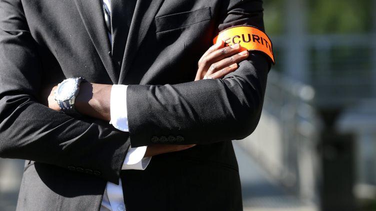 Un homme portant un brassard sécurité, le 6 octobre 2016, à Montbéliard (Doubs). (/NCY / MAXPPP)