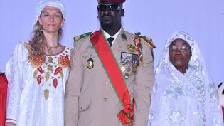 Le nouvel homme fort de la Guinée, le colonel Mamady Doumbouya, pose le 1er octobre 2021 avec sa femme et sa mère lors de son investiture comme président autoproclamé de la transition. (CELLOU BINANI / AFP)