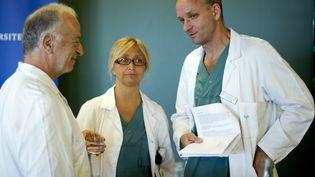 (De G à D), les médecins suédoisAndreas G. Tzakis, Pernilla Dahm-Kähler et Mats Brannstrom, spécialistes de la greffe d'utérus, le 18 septembre 2012 àGothenburg. (ADAM IHSE / SCANPIX SWEDEN / AFP)