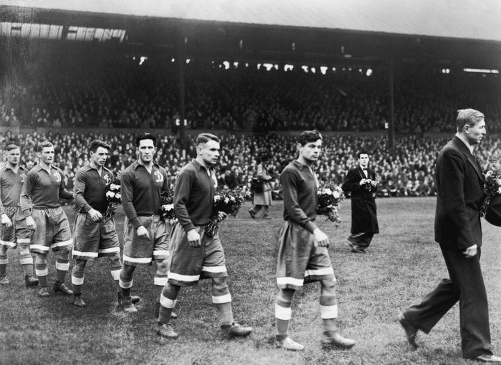 L'équipe du Dynamo Moscou lors de sa tournée en Grande-Bretagne, en 1945. (J.A. HAMPTON / HULTON ARCHIVE / GETTY IMAGES )