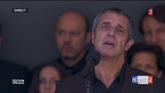 """En hommage aux victimes de l'attentat de Nice, Julien Clerc interprète """"Utile"""" au piano"""