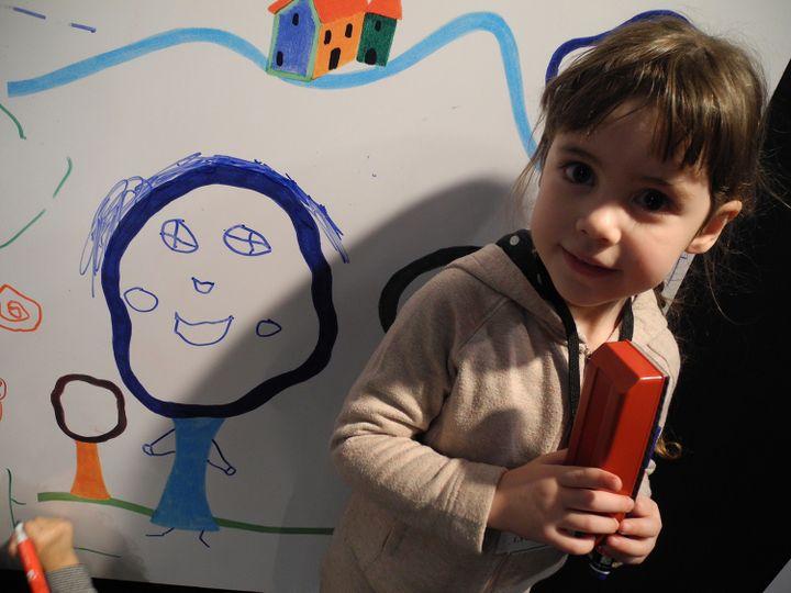 """Lyse 4 ans et demi """"Tu le prends en photo mon arbre bonhomme?""""  (LHouot / Culturebox)"""