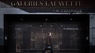 Certains commerces pourront rouvrir dès le 11 mai, a annoncé Edouard Philippe, mardi 28 avril, maispour les cafés et restaurants, la décision est reportée à la fin du mois (de mai). (PHILIPPE LOPEZ / AFP)