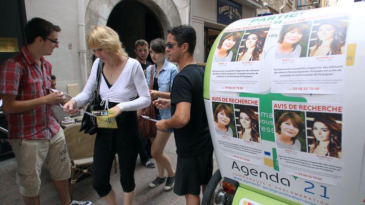 Des avis de recherche pour Marie-Josée et Allison Benitez, placardés à Perpignan (Pyrénées-Orientales), le 7 août 2013. (RAYMOND ROIG / AFP)