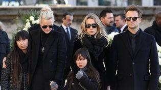 Laeticia Hallyday et ses filles, Jade et Joy, à côté de Laura Smet et David Hallyday, aux obsèques de Johnny Hallyday, à Paris, le 9 décembre 2017. (LUDOVIC MARIN / AFP)