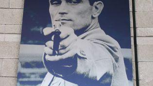 Un portrait commémorant le titre olympique de Karoly Takacs aux JO de 1948 à Londres. (MICK BAKER / FLICKR)