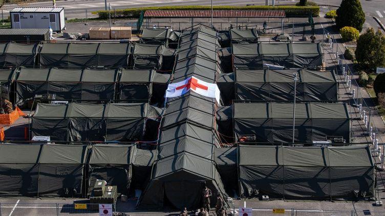Vue aérienne de l'hôpital de campagne installé à Mulhouse (Haut-Rhin) pour faire face à l'afflux de patients malades du coronavirus, le 23 mars 2020. (PATRICK HERTZOG / AFP)