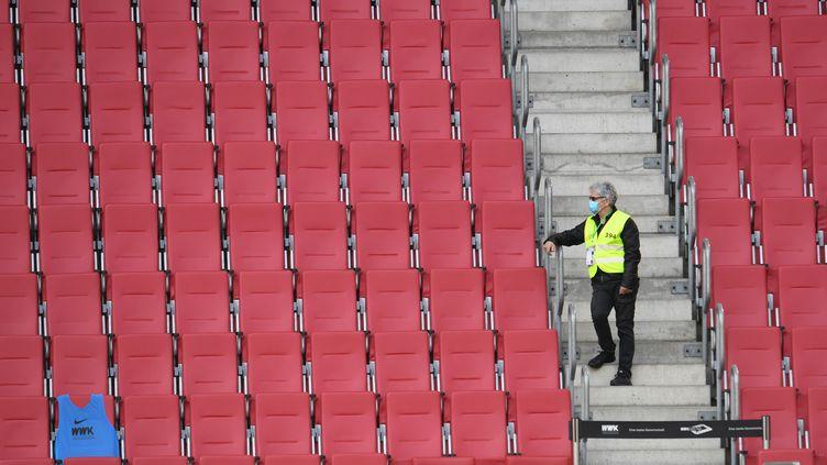 Un steward dans les tribunes avant le match de football de première division allemande entre le FC Augsburg et le VfL Wolfsburg qui se jouait à huis clos, le 16 mai 2020 à Augsburg (photo d'illustration). (TOBIAS HASE / POOL)