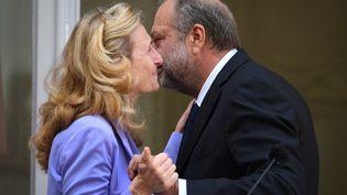 Nicole Belloubet, ministre de la Justice sortante, et son successeur, l'avocat Eric Dupond-Moretti, lors de la passation de pouvoirs, le 7 juillet 2020. (ALAIN JOCARD / AFP)