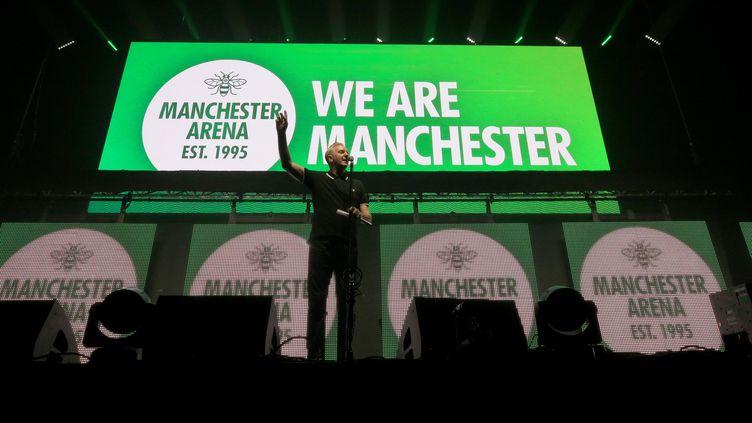 Le poète Tony Walsh a participéau concert de réouverture de l'Arena de Manchester (Royaume-Uni), le 9 septembre 2017. (PETER BYRNE / AFP)