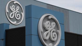 Le logo de General Electric sur le siège de Belfort (Territoire de Belfort), le 3 juin 2019. (PATRICK HERTZOG / AFP)