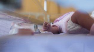 Photo d'illustration d'un nouveau-né à Argenteuil (Val-d'Oise), le 22 juillet 2013. (FRED DUFOUR / AFP)