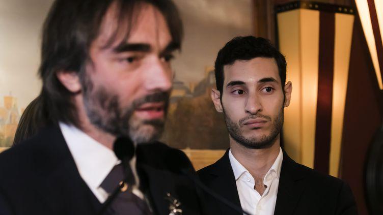Rayan Nezzar (D), porte-parole du candidat à la mairie de Paris Cédric Villani (G), lors d'une conférence de presse lançant sa campagne, le 19 septembre 2019 à Paris. (VINCENT ISORE / MAXPPP)