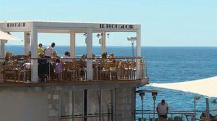 À Nice (Alpes-Maritimes), un bistrot s'est installé il y a quatre ans sur un rocher emblématique de la Côte d'Azur, où un plongeoir avait été construit au XXe siècle. (FRANCE 2)