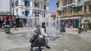 Des habitantsfaisant leurs emplettes après la levée progressive des mesures contre le coronavirus à Tunis, le 11 mai 2020. (YASSINE GAIDI / ANADOLU AGENCY)