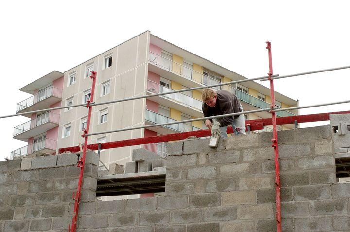 Construction d'un immeuble au Havre, en 2005. (ROBERT FRANCOIS / AFP)