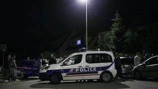 Une voiture de police bloque l'accès d'une rue de Magnanville (Yvelines), où un policier a été tué, le 14 juin 2016. (MATTHIEU ALEXANDRE / AFP)