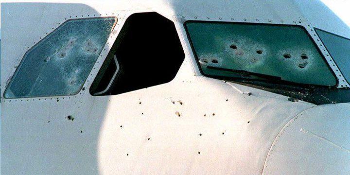 Le cockpit de l'avion détourné après l'intervention du GIGN. Un gendarme sera blessé lors de l'assaut mais seuls les 4 terroristes y laisseront la vie. (GEORGES GOBET / AFP)