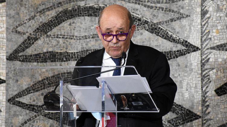 Jean-Yves Le Drian s'exprime lors d'une conférence de presse à Rome (Italie) le 5 mars 2021. (BARIS SECKIN / ANADOLU AGENCY / AFP)
