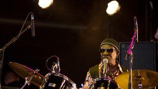 Le batteur nigérian Tony Allen sur scène, le 27 juin 2010, au festival de Glastonbury (Royaume-Uni). (LEON NEAL / AFP)