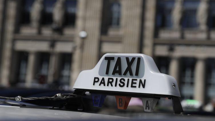 Le toit d'un taxi parisien, en 2017, gare du Nord à Paris. (THOMAS SAMSON / AFP)