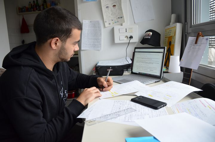 Yacine Laraqui, étudiant marocain de 19 ans, révise à l'approche des partiels pour les étudiants en 2e année de prépa à l'Insa de Lyon. (CHARLES-EDOUARD AMA KOFFI / FRANCEINFO)