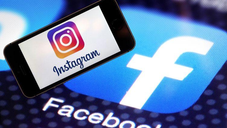 Les logos d'Instagram et Facebook mis en avant, le 12 mars 2020, lors d'un salon à Ankara (Turquie). (NEVZAT YILDIRIM / ANADOLU AGENCY)