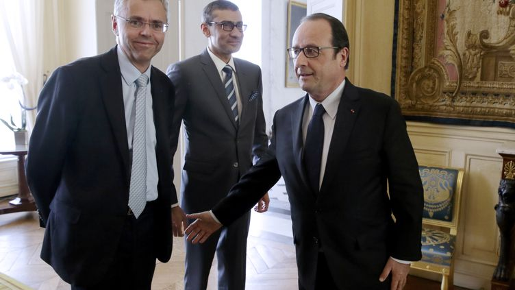 François Hollande reçoit Michel Combes (à gauche) d'Alcatel-Lucent et Rajeev Suri de Nokia à l'Elysee, le 14 avril 2015 (PHILIPPE WOJAZER / AFP)