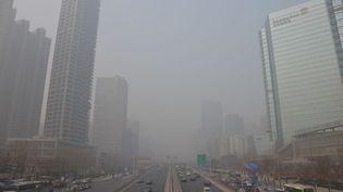 Le centre-ville de Pékin (Chine) plongé dans un épais nuage de pollution, le 15 janvier 2014. (THOMAS BAIETTO / FRANCETV INFO)