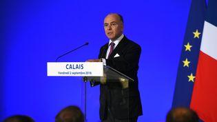 Bernard Cazeneuve le 2 septembre 2016 à Calais (FRANCOIS LO PRESTI / AFP)