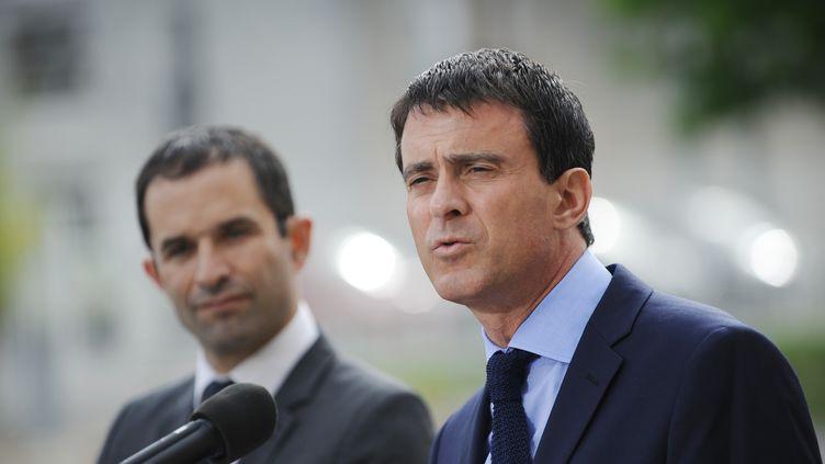 Benoît Hamon et Manuel Valls, le 23 juin 2014 à Blois (Loir-et-Cher). (GUILLAUME SOUVANT / AFP)